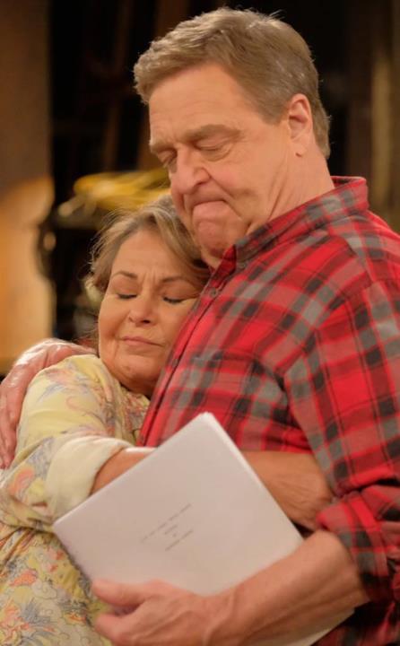 Un abbraccio tra Roseanne e Dan in Pappa e Ciccia