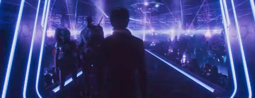 Wade all'ingresso di OASIS viene superato da due figure somiglianti ad Harley Quinn e Deadstroke