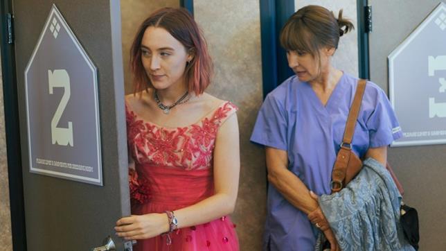 Lady Bird e la madre in un camerino di prova