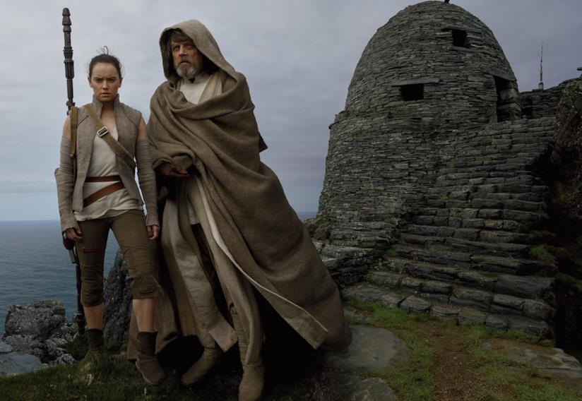 Mark Hamill e Daisy Ridley in una foto dal set di Star Wars: Gli Ultimi Jedi