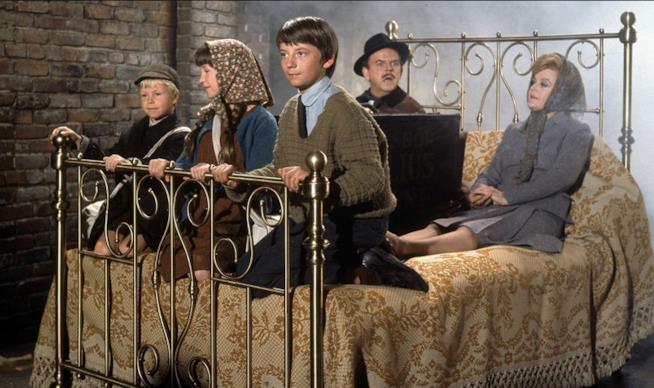 Una scena sul letto magico di Pomi d'ottone e manici di scopa.
