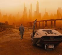 L'agente K scende dalla sua auto in una zona desertica