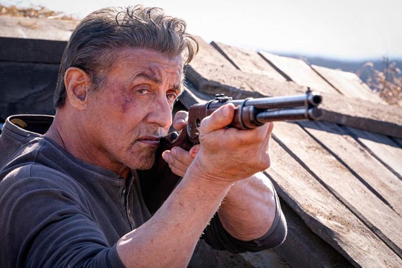 Sylvester Stallone imbraccia il fucile in una scena di Rambo: Last Blood