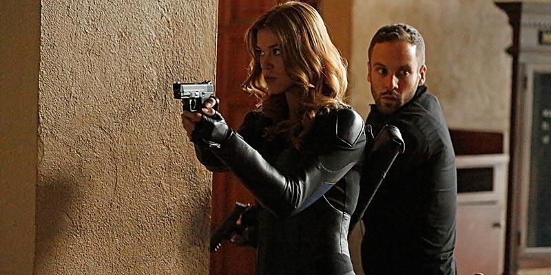 Bobbi Morse/Mockingbird (Adrianne Palicki) e Lance Hunter (Nick Blood) in Agents of S.H.I.E.L.D.