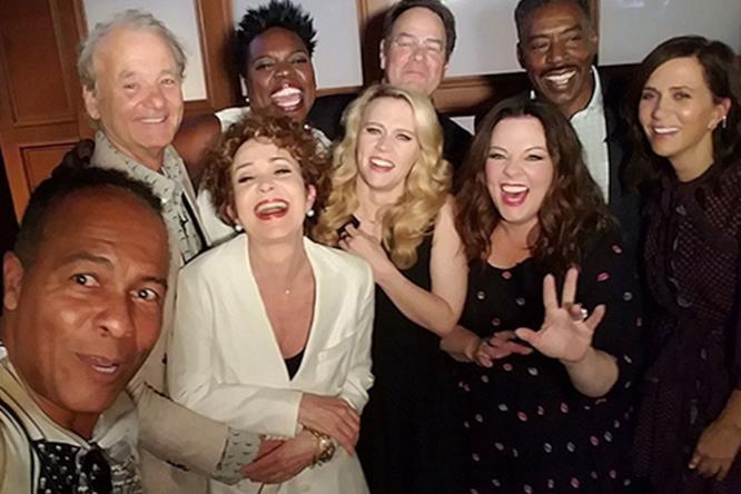 Il cast originale di Ghostbusters con le Acchiappafantasmi del reboot