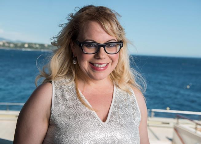 Una sorridente Kirsten Vangsness in riva al mare