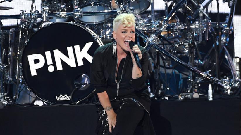 La cantante Pink sul palco dell'iHeartRadio Music Festival 2017
