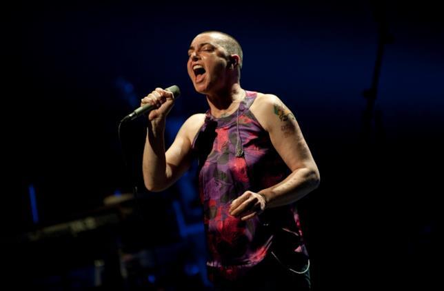 Primo piano di Sinéad O'Connor in concerto
