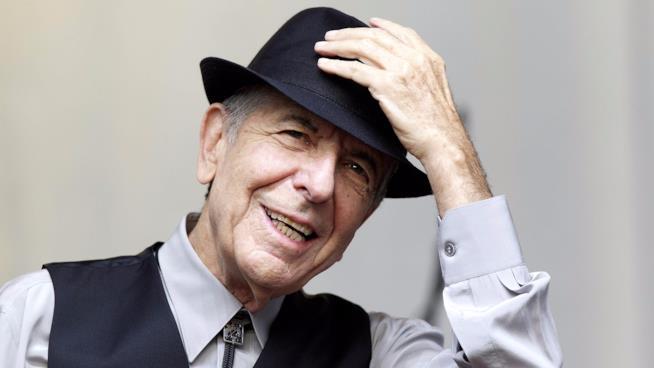 Leonard Cohen con il suo inseparabile cappello in una foto di qualche tempo fa
