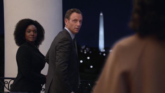 Fitz e il direttore dell'FBI sul balcone della Casa Bianca