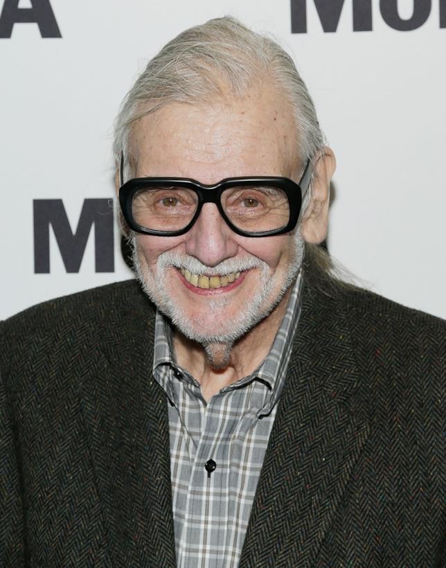 George A. Romero indossa un paio di occhiali dalla montatura spessa e nera