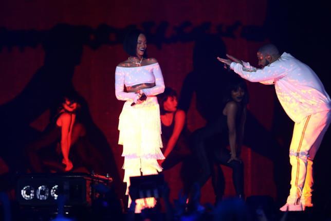 Immagine di Rihanna e Drake sul palco