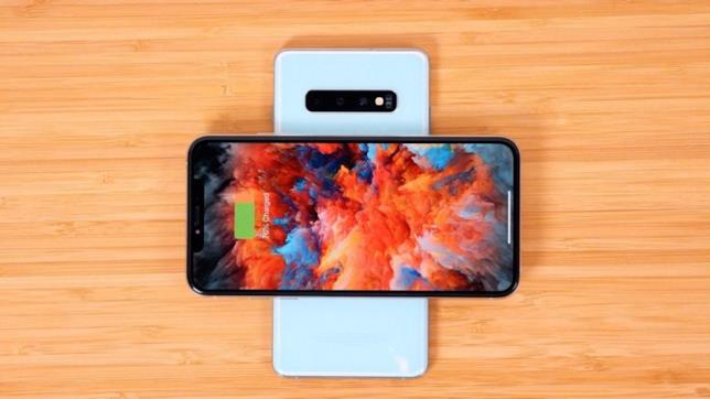 Samsung Galaxy S10 ricarica un iPhone XS grazie alla funzione Wireless PowerShare