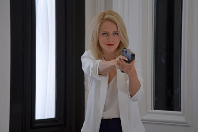 Shelby Wyatt punta la pistola contro un avversario