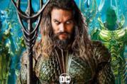 Mezzobusto di Jason Momoa nei panni di Aquaman, con due personaggi del popolo di Atlantide alle spal
