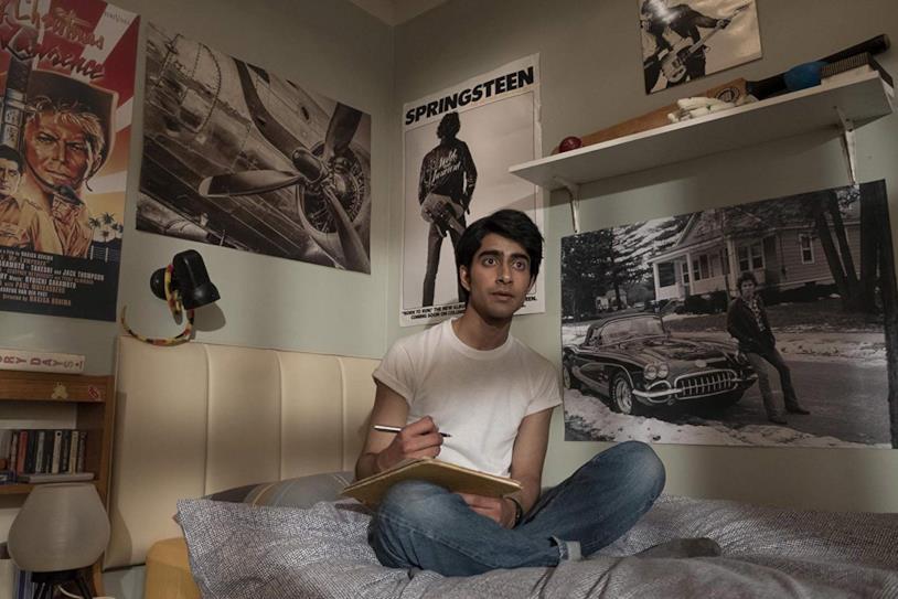 Viveik Kalra seduto sul letto in una scena di Blinded by the Light