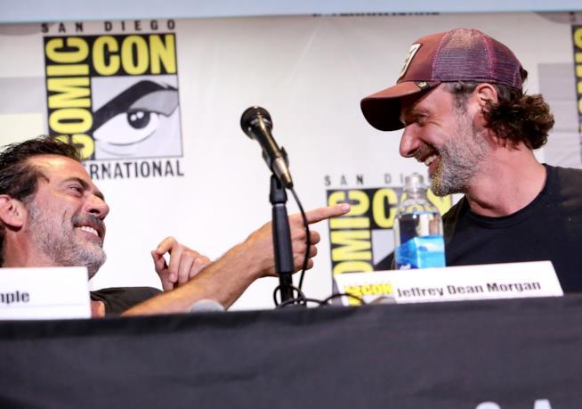 Jeffrey Dean Morgan scherza con Andrew Lincoln