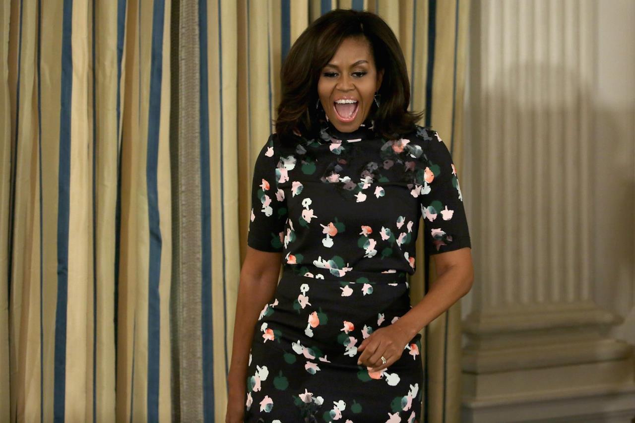 Michelle Obama sfoggia un abito nero a fiori con maniche di media lunghezza.