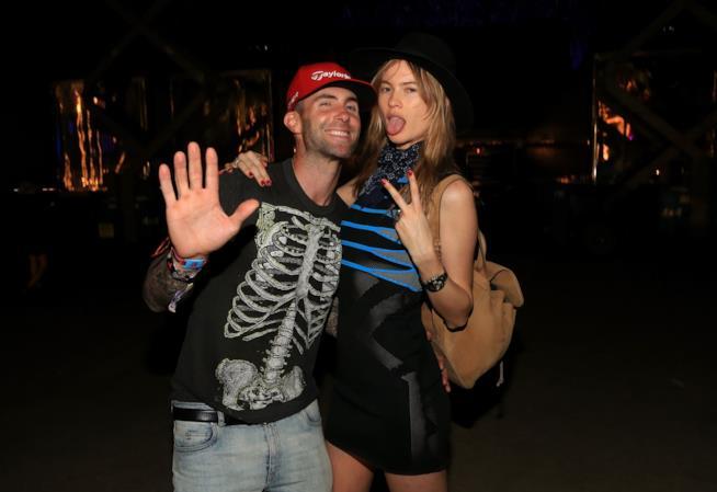 Primo piano di Adam Levine e Behati Prinsloo al Coachella 2015