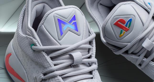 Dettaglio della linguetta delle scarpe PlayStation