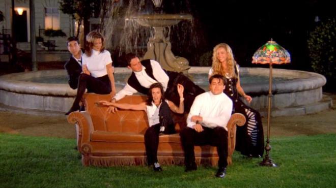 Il cast di Friends sul mitico divano
