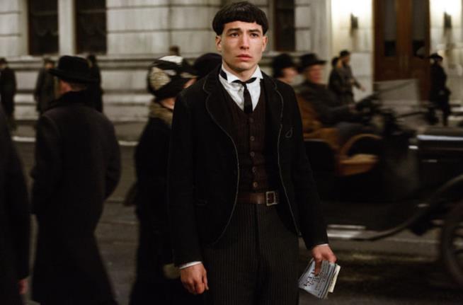 Ezra Miller è Credence Barebone in una scena del primo film della saga