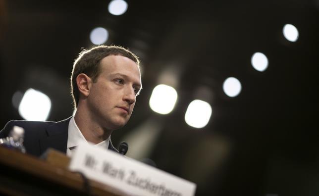 Foto di Mark Zuckerberg dinanzi al Congresso degli Stati Uniti