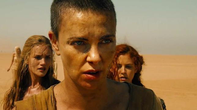 Furiosa nel deserto in una scena di Mad Max Fury Road