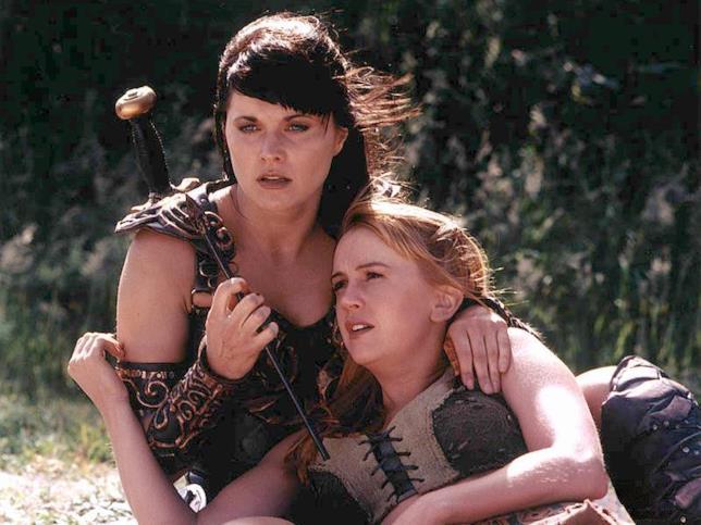 Olimpia colpita da una freccia viene avvelenata e Xena deve salvarla