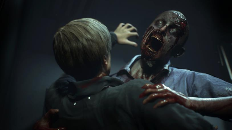 Leon S. Kennedy combatte uno zombie in RE2 Remake