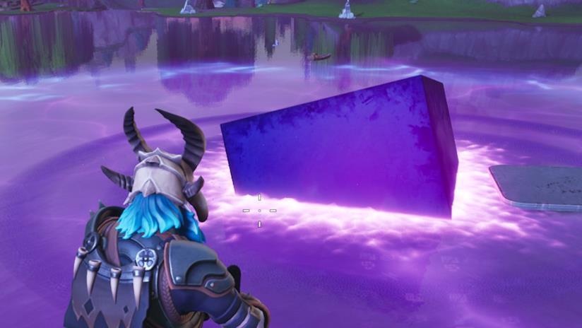 Il cubo viola di Fortnite mentre affonda nel lago