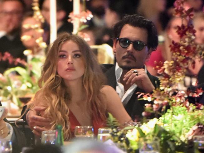 Primo piano di Amber Heard e Johnny Depp abbracciati