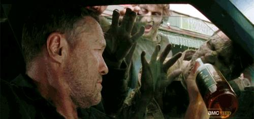 Merle di The Walking Dead non rinuncia mai a un drink