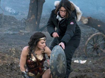 La regista Patty Jenkins dirige l'attrice durante le riprese del film