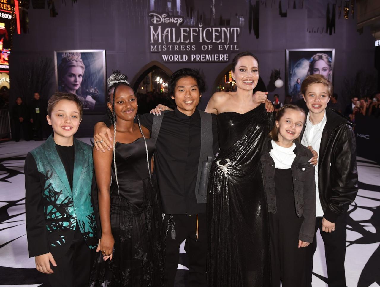 Knox, Zahara, Pax, Vivienne e Shiloh Jolie-Pitt con la madre alla prima di Maleficent 2