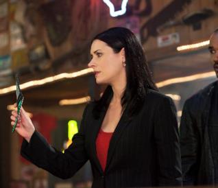 Emily Prentiss in una vecchia scena di Criminal Minds