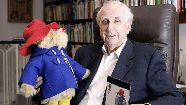 Michael Bond e l'orsetto Paddington in versione pupazzo