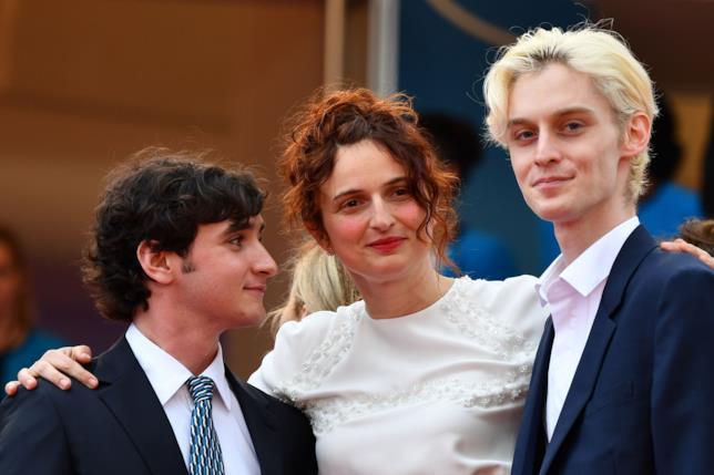 Alice Rohrwacher con Luca Chikovani e Adriano Tardiolo sul red carpet veneziano