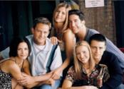 Il cast di Friends abbracciato e sorridente