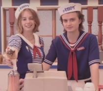 Steve e Robin al bancone della gelateria Scoops Ahoy