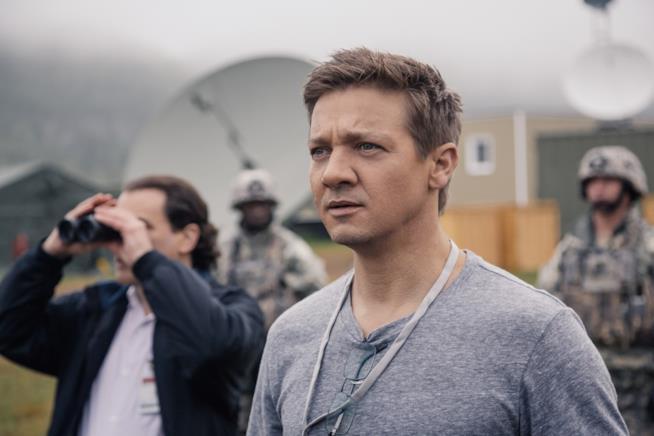 Jeremy Renner nel ruolo del fisico Donnelly scruta il cielo in Arrival