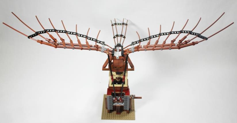 Primo piano dell'ornitottero in LEGO costruito da un fan