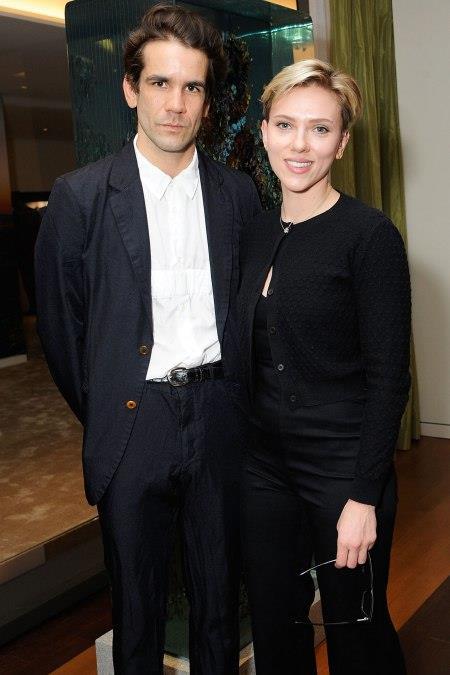 Scarlett Johansson posa con l'ex marito Romain Dauriac