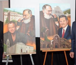 Gary Sinise e l'onorevole Jim Nicholson accanto a due quadri raffiguranti loro e il Santo