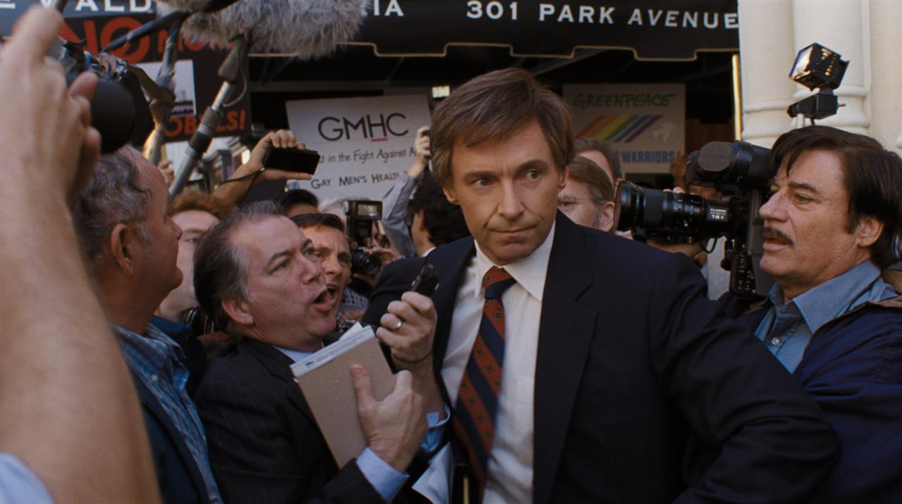 Gary Hart (Hugh Jackman) si fa largo tra la folla di giornalisti