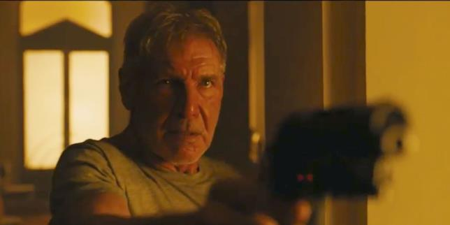 Harrison Ford-Rick Deckard impugna la pistola in Blade Runner 2049