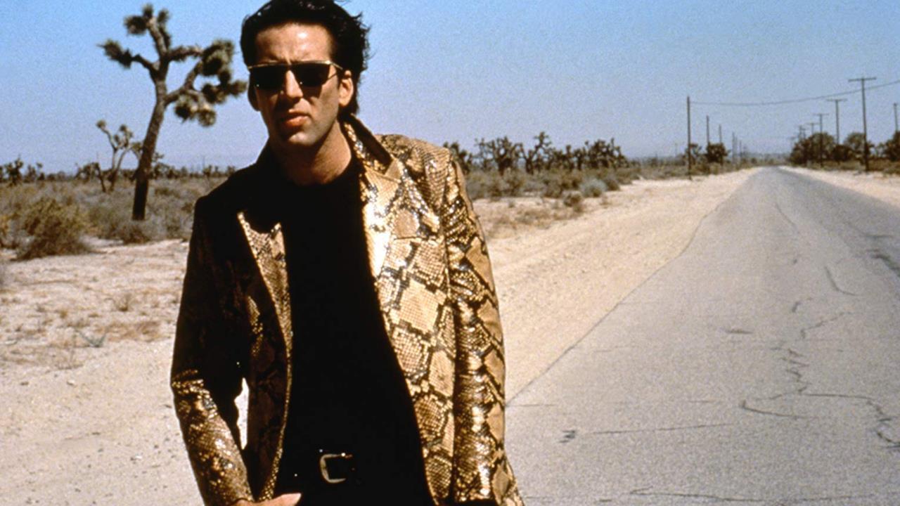 Nicolas Cage visita la sua stessa tomba perché lui è Nicolas Cage!