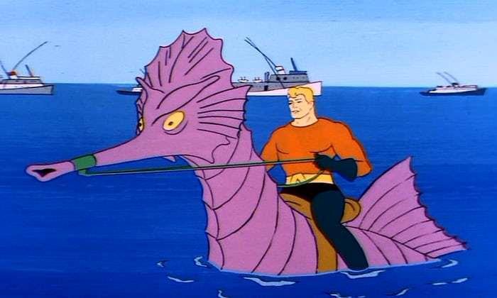 Aquaman in groppa a un ippocampo gigante viola, con navi sullo sfondo