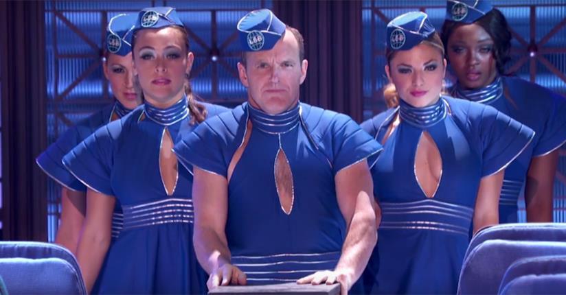 Clark Gregg vestito come nel video di Britney Spears