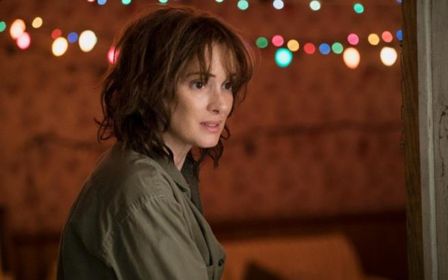 Winona Ryder nel ruolo di Joyce in Stranger Things